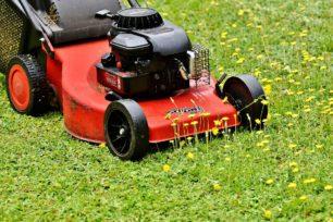 punainen ruohonleikkuri nurmikolla
