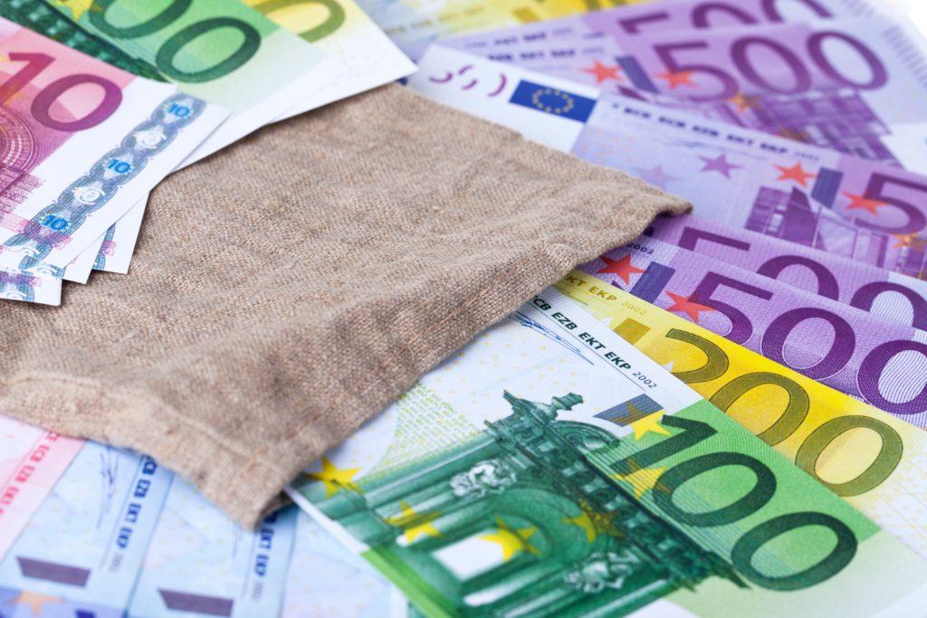 Kotitalousvähennyksen maksimi on 2 250 euroa henkilöltä. Omavastuu on 100 euroa vuodessa.